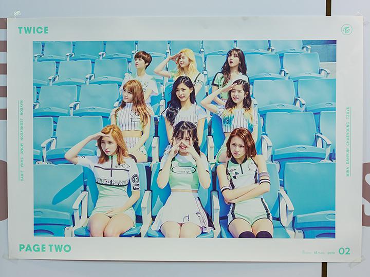 TWICEのポスター