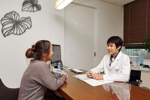 診察院長先生とカウンセリングをしながら診察を行います。 診察内容で疑問に思うことや、わからないことは日本語コーディネーターに尋ねましょう。