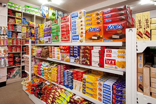 商品の半分以上を占めるお菓子