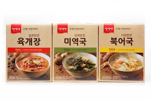 (左から)ユッケジャン、ワカメスープ(ミヨックッ)、スケトウダラのスープ(プゴク)