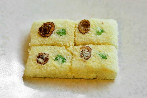 花インジョルミ(コディンジョルミ) 4個2,500ウォンもち米をじっくりと蒸した後、粘り気が出るまで餅をつき、カステラをまぶしてアレンジした餅(もともとはきなこを使います)。なつめとよもぎでつけた花模様がかわいらしいです。