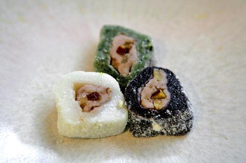 三色くるみ巻き(サムセッホドゥマリ)3個2,000ウォン白い餅、よもぎ餅、黒いお餅で白豆あんを巻いて、白豆の粉をまぶしたもの。