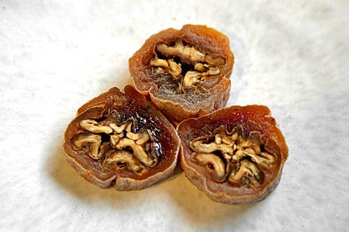 くるみの干し柿巻(コッカムサム) 2個2,800ウォンからっと炒ったくるみを干し柿で覆った菓子。適度な甘さでお土産にも最適。
