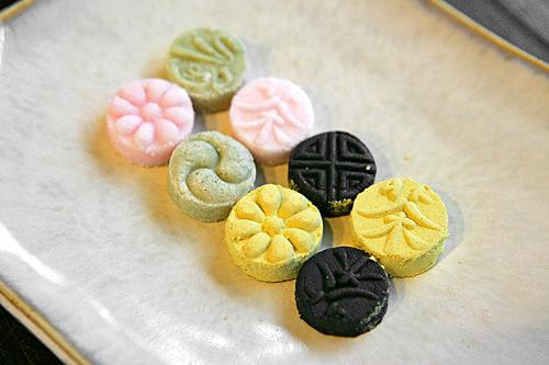 茶食(タシッ)4個4,000ウォンなつめ、栗、米、ごまの粉をはちみつと水飴でこね、型を抜いた菓子。香ばしい。
