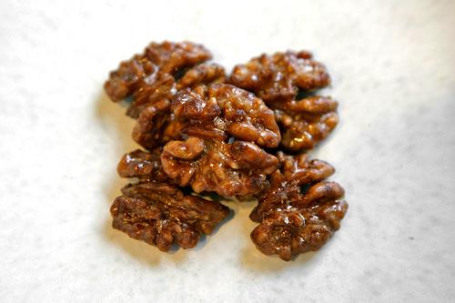 胡桃菓子(ホドゥカンジョン)5個入り1,800ウォン胡桃に水飴をまぶした菓子。