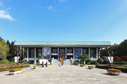 8、釜山博物館(釜山広域市南区)朝鮮半島と日本をつなぐ交易地・釜山の文化財(国宝2点を含む)などを展示。