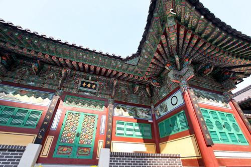 色鮮やかな清凉寺の建物