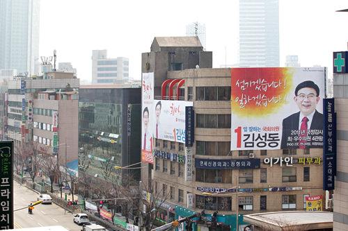 国会議員選挙時の街角。大きなポスターが掲げられている