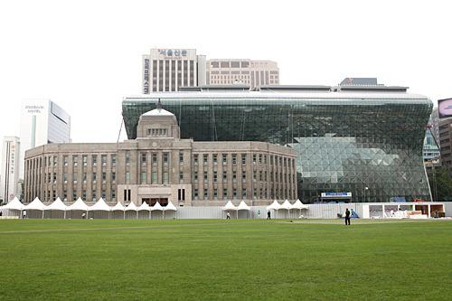 ソウル市庁舎(右が新庁舎、左が旧庁舎)