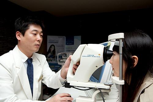 2. 視力・適性検査レーシック手術の適応可否や、最適な手術方法を導き出すために、角膜の屈折力・厚み・形状など約50種類の精密検査を行ないます。また、角膜に粒状の混濁(白い濁り)を起こす「アベリノ角膜ジストロフィ(アベリーノ症)」を発症されている方にレーシック手術を行なうと手術後の視力に影響を及ぼす可能性があるため、DNA検査を行ない問題がないか確認します。検査は約1時間半ほどです(個人差があります)。