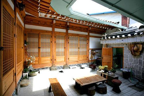 内部にある中庭(マダン)が韓屋の特徴のひとつ
