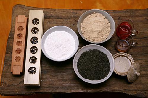生地を練って押し固める茶食(タシッ)を作る材料と道具