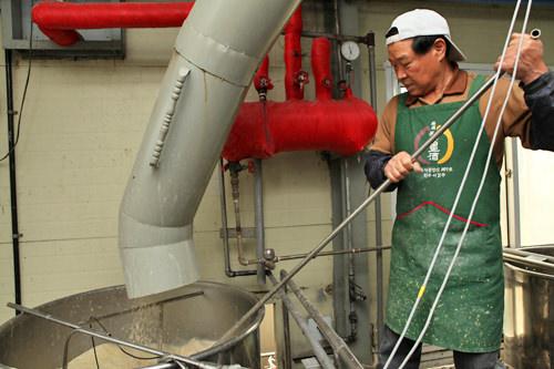 2.麹に水を加えて発酵させる