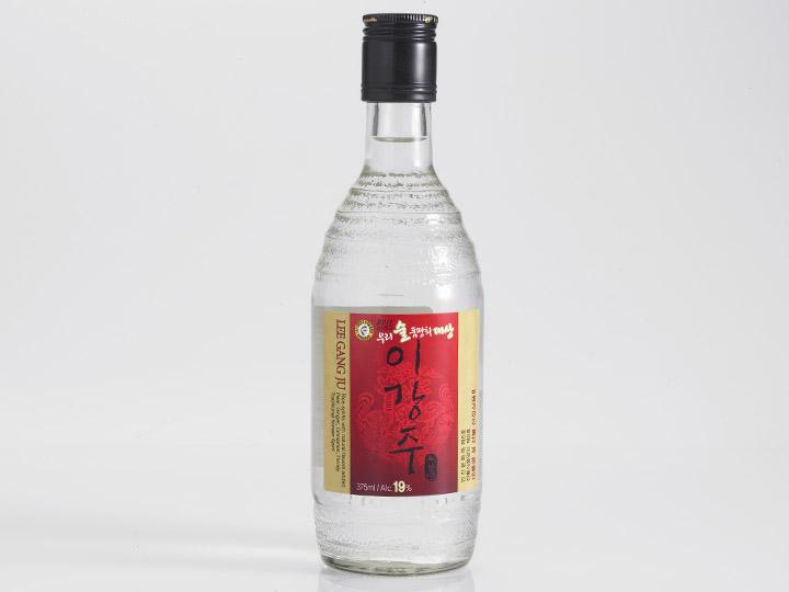 リーズナブルな価格とアルコール度数19度で飲みやすいガラス瓶の梨薑酒(3,700ウォン)