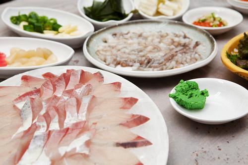 衛生的な総合魚市場では心置きなく海鮮が楽しめる
