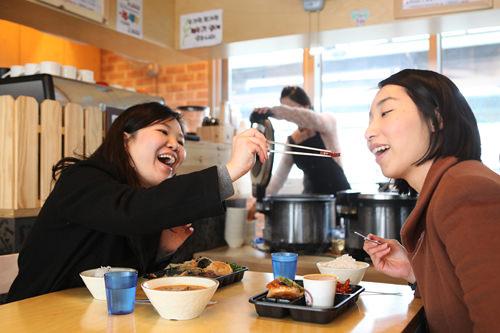 食事スペースで早速試食!友達と一緒ならおいしさも格別