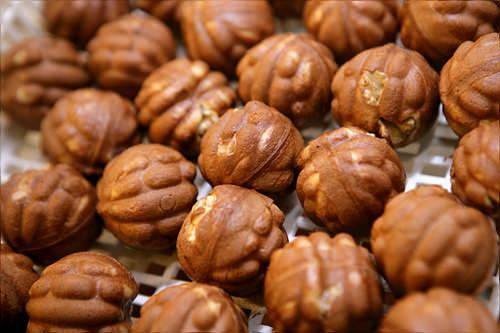 ホミルホドゥ 仁寺洞店一口サイズのライ麦入りくるみまんじゅうのお店。ばらまき用にぴったりの箱入りから袋入りのおやつ用まで揃います。