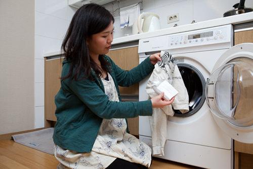 急な汚れも洗濯機があるから安心。洗剤もあります。
