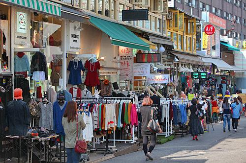 弘大(ホンデ)はじけた若者のアートな街は、ユニークな服やおしゃれアイテムの宝庫。夜はクラブで朝まで遊べます。市庁駅から約30分。