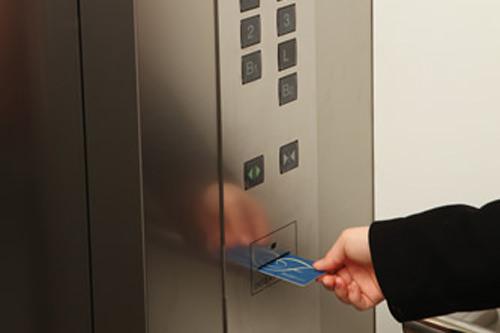 カード式エレベーターでセキュリティも安心