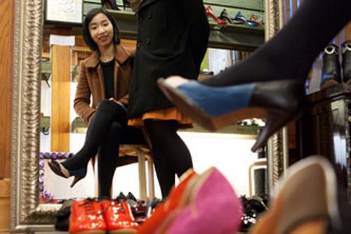 LARC ※掲載終了手作り女性靴専門店。こぢんまりとした店にきらびやかな靴がずらり。大きな鏡に写るいつもと違った自分に思わずうっとり。
