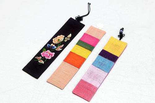 お土産にぴったりなしおり(左・手刺繍)12,000ウォン (中央・シルク/右・麻)9,000ウォン