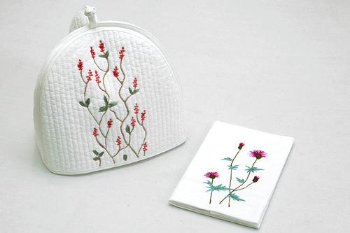繊細な手刺繍がポイントのティーコゼー30,000ウォンとナプキンマット15,000ウォン