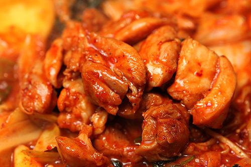 甘辛いタレがかかった鶏肉