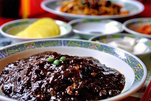 韓国中華の代表メニュー、チャジャンミョン(ジャージャー麺)は出前の王道