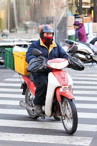 横断歩道を渡るバイク