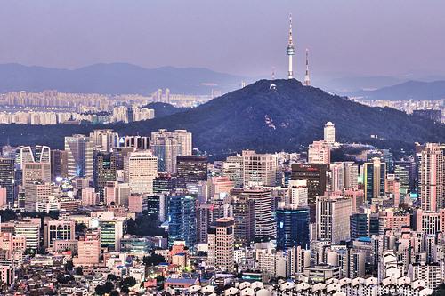 南山(ナムサン)(地図番号:青1)ソウルの中心にそびえ、風水的に最高の立地とされる山。頂上付近には展望施設のNソウルタワーがあり、ソウルを一望できます。