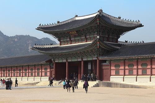 景福宮(キョンボックン)(地図番号:青2)かつての朝鮮王朝の王宮。風水的に縁起が良いとされる漢江の北、北岳山の南にあたる「陽」の地に建設されました。