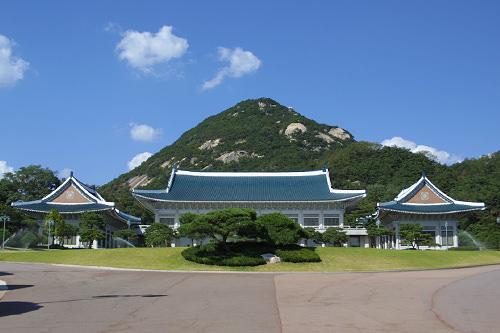 青瓦台(チョンワンデ)(地図番号:青3)風水的に「吉地」とされている場所で、かつては王朝の離宮や後宮がありました。現在は大統領官邸。一般人の観覧も可能です。