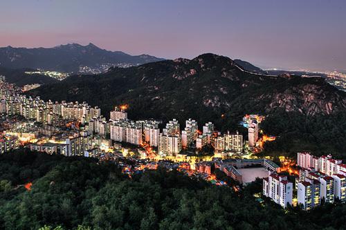 仁王山(イナンサン)(地図番号:青6)朝鮮王朝時代に、首都漢陽(現ソウル)を守ると考えられた名山の1つで、別称「右白虎」。現在は自然と歴史が息づくソウル城郭の探訪路コースとして人気です。