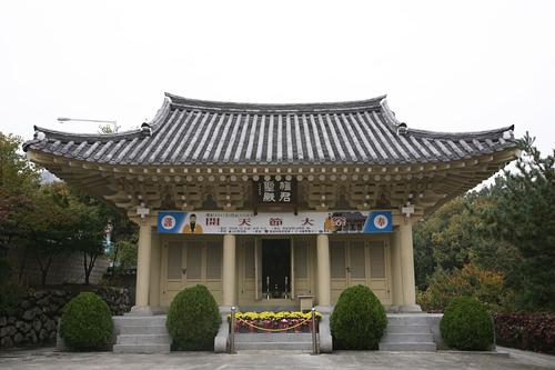 社稜公園(サジッコンウォン)(地図番号:青7)景福宮の西側、仁王山の麓にあり、自然に囲まれた静かな公園。朝鮮王朝時代に数々の祭祀が行なわれた神聖な場所でもあり、史跡巡りとしても穴場です。