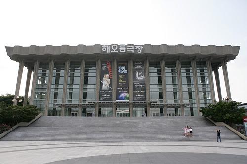 国立劇場南山の麓にあり、自然に囲まれた閑静な劇場。国立劇団、国立唱劇団、国立舞踊団、国立国楽管弦楽団の4つの劇団を擁し、ミュージカル、オペラ、コンサート、授賞式などが催されます。