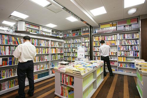 教保文庫韓国で書店と言えば真っ先に名があがる大型書店。雑誌から専門書、外国語書籍、小説、教科書、児童書まで幅広く揃い、自己啓発できそう。文具・雑貨店、CDショップも入店しています。