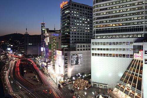 東大門市場韓国きってのファッションタウン。多くの卸売り市場と巨大ファッションビルが共存し、不夜城と呼ばれるほど24時間活気にあふれ、人々が行き交います。観光客にも定番のショッピングスポット。