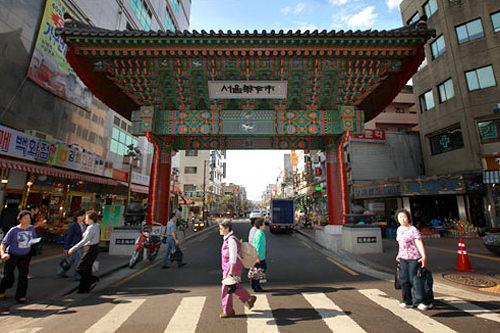 ソウル薬令市韓方薬剤を専門に扱う市場として韓国随一を誇るソウル薬令市。京東市場の中に約500店もの店が軒を連ね、鹿の角や高麗人参、薬草、樹皮などさまざまな種類が揃います。