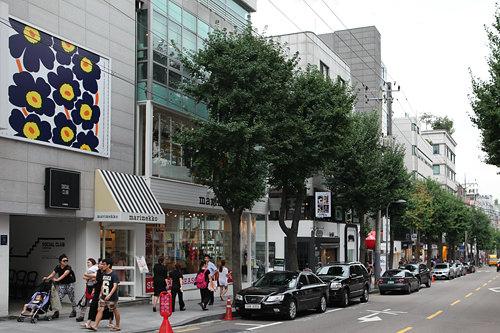 カロスキル銀杏の並木沿いに洗練されたカフェやショップが充実する、ソウルを代表するトレンドスポット。女性好みのお店が多く、ソウルの若者たちのデートスポットでもあります。