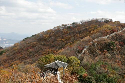 北漢山ソウルの名山の1つで、国立公園として整備が行き届いたトレッキングコースは、多くの市民に親しまれています。頂上の白雲台は風水的にも運気の良い場所として知られています。