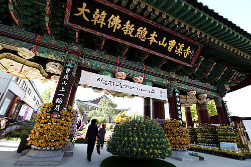 曹渓寺韓国最大宗派の仏教・曹渓宗の総本山。法堂の大雄殿は主要仏教行事の開催場所として使用されています。敷地内には仏教中央博物館もあり、地元の信者はもちろん外国人観光客もたくさん訪れます。