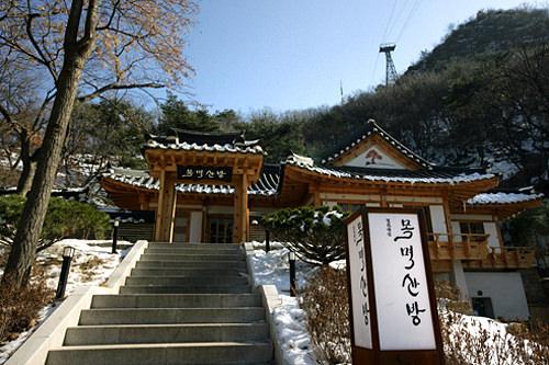 木覓山房南山散策路の途中に佇む、韓国伝統建築・韓屋(ハノッ)。ソウル市が建てた施設で、伝統喫茶・食事処として運営されています。南山ケーブルカー乗り場に近く、立ち寄りやすい立地。