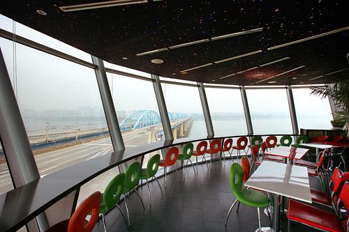 漢江展望カフェ美しい漢江ビューを楽しむことができる橋の上の展望カフェ。平日は人も少なめでのんびりできるため、穴場の展望スポットです。銅雀大橋のクルムカフェは地下鉄アクセスも抜群。