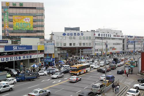 龍山電子商街KTX・地下鉄龍山駅に面している古くからの繁華街。駅西側に大型ビル群や個人商店からなる巨大な電気街が広がり、韓国の秋葉原とも言われます。