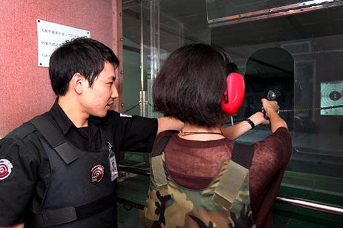 明洞実弾射撃場日本ではできない実弾射撃が、 観光のメッカ・明洞で手軽に体験できます。日本語堪能なスタッフが丁寧にガイドしてくれるので、言葉の心配もありません。意外に女性グループも訪れます。