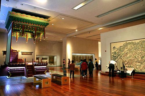 国立中央博物館世界で6番目の規模という韓国の代表的な博物館。所蔵品は約30万点にのぼり、常設展示室には15,000点ほどが展示されています。入場無料で、日本語の音声案内機や映像案内機も完備。