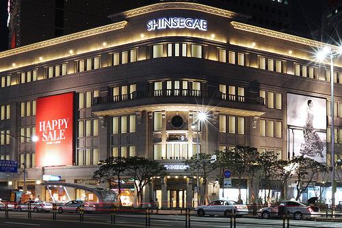百貨店明洞エリアには、新世界百貨店とロッテ百貨店という韓国の代表的な百貨店が立地。デパ地下は良質のおみやげ購入にもぴったりです。現代百貨店も狎鴎亭など繁華街にあります。