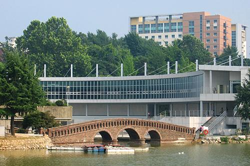 建国大学15の学部と12の大学院を要し、約2万5000人の学生が通う韓国屈指のマンモス大学。敷地内に巨大な湖があり、緑あふれる自然豊かなキャンパスです。付属病院や韓国語語学堂も完備。