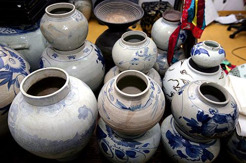 踏十里古美術通り李朝家具を中心に、韓国・中国などの骨董品・古美術品専門店が約200店集まる骨董品街。価格の手頃さ・品揃えの良さから、海外のバイヤーも訪れる穴場エリアです。